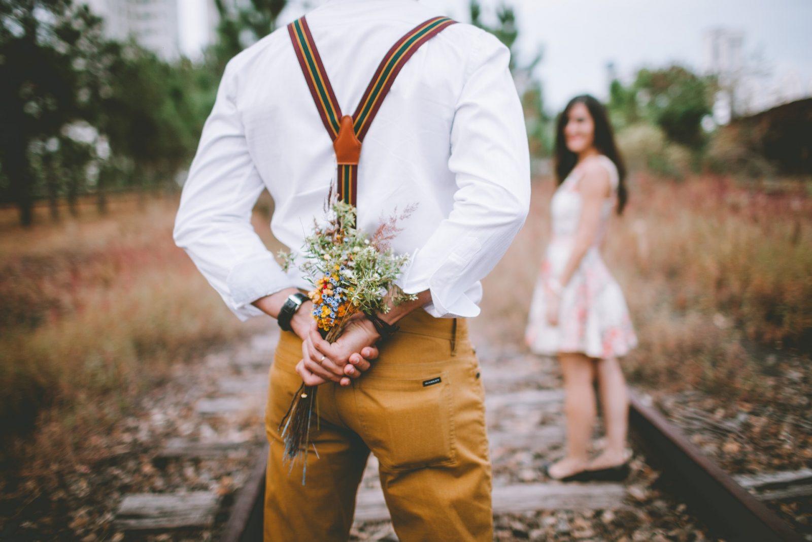 Почему он не дарит тебе цветы?